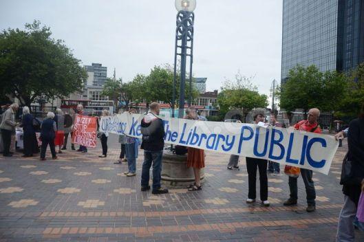Een groepje activisten protesteerde bij de opening tegen het 'people's palace' in Birmingham mede met het oog op sluiting van bibliotheekfilialen in de wijken.