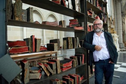 Isidoor Goddeeris voor zijn bibliotheek van bakstenen