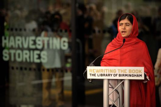 Opening van de nieuwe bibliotheek door Malala die na haar toespraak symbolisch het laatste van de circa 1,5 miljoen boeken in een van de schappen plaatste.