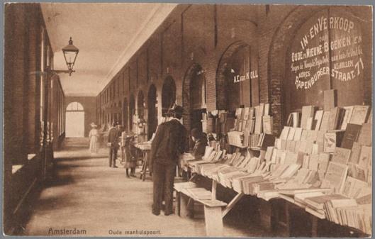 Boekenstal van A.E,van Kollem in de Oudemanhuispoort, 1905 (coll. Jaap van Velzen)