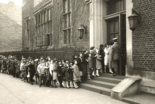 Dit jaar viert de Brooklyn Public Library, opgericht in 1914 het honderdjarig bestaan. Op deze foto de Stone Avenue Library die aanvankelijk als jeugdbibliotheek is ingericht