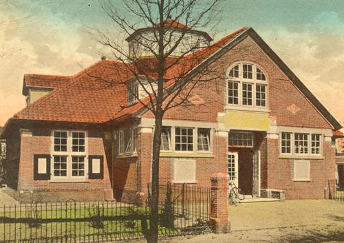 Foto van de voormalige op 21 april 1914 in Bussum geopende openbare leeszaal en bibliotheek aan de Generaal de la Reijlaan 12