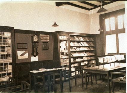 Kranten- en tijdschriftenzaal van de r.k. openbare leeszaal Bussum op een foto uit 1920