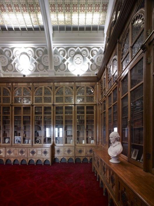 Buste van Shakespeare (1564-1616), nog altijd algemeen erkend als de grootste schrijver in het Engelse taalgebied, zie toe op aan hem gewijde boekerij