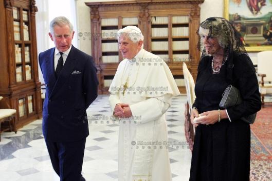 Paus Benedictus XVI ontmoet in de Vaticaanse privébibliotheek prins Charles en diens echtgenote