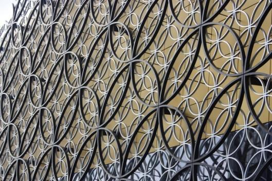 De decoratie van het gebouw met stalen ringen die in elkaar overvloeien