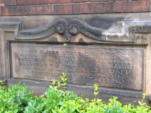 De eerste steen van de vroegere bibliotheek is op 12 december 1902 aangebracht