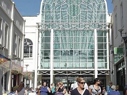 Entree van een modern overdekt winkelcentrum aan de parade in Royal Leamington Spa