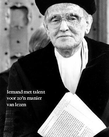 Kees Fens bij de uitreiking van zijn eredoctoraat aan de universiteit van Amsterdam, 2004 (foto Flip Fransen bij een artikel van Arnold Heumakers: 'Altijd rechtop aan tafel; Kees Fens heeft mij leren lezen').
