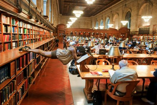Danseres Michelle Fleet in de New York public library