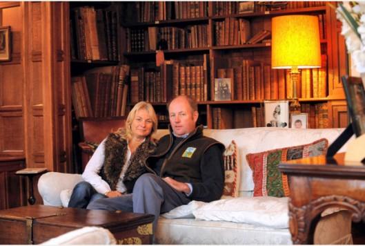 De baronet en zijn geliefde lady in hun meest geliefde woonkamer