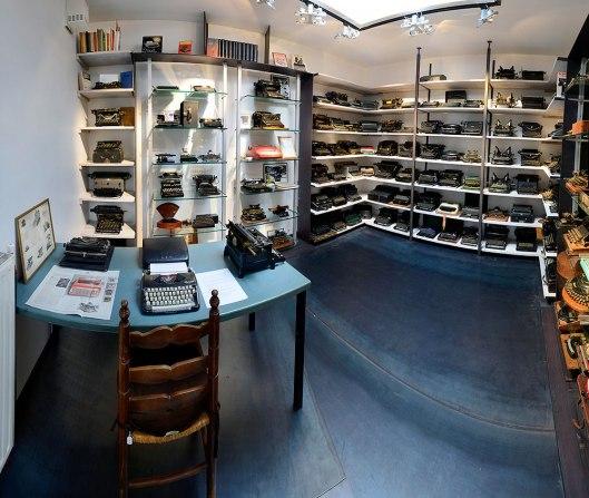 De huidige opstelling van de W.H.Hermanscollectie oude schrijfmachines in een Gentse boekhandel