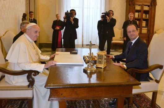 Paus Francis in gesprek met president Hollande van Frankrijk in de 'biblioteca privata' (2014