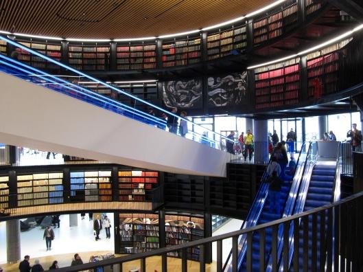 De verschillende verdiepingen zijn behalve via trap en lift via roltrappen bereikbaar. Vergeleken met de openbare bibliotheek Amsterdam (OBA) is in Birmingham computerapparatuur veel minder dominant aanwezig