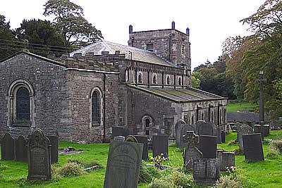 Het historische kerkje van Tissington met kerkhof
