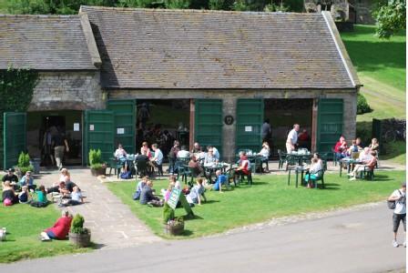 Het vroegere koetshuis van Tissington Hall, nu in gebruik als café-restaurant waar we de lunch gebruikten.