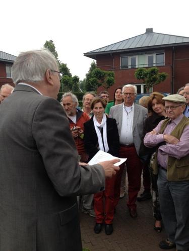 Dichter Wiel Kusters draagt zijn gelegenheidsvers voor gewijd aan Jan Hanlo (foto Stichting Dichter in Beeld)