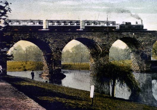 Stoomtrein rijdend over een viaduct boven de rivier Leam op een foto uit 1905