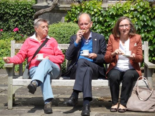 Op de koffie bij de baronet van Tissington, v.l.n,r.: Wil de Nie, Hans Krol en Yvonne Krol-Ramakers