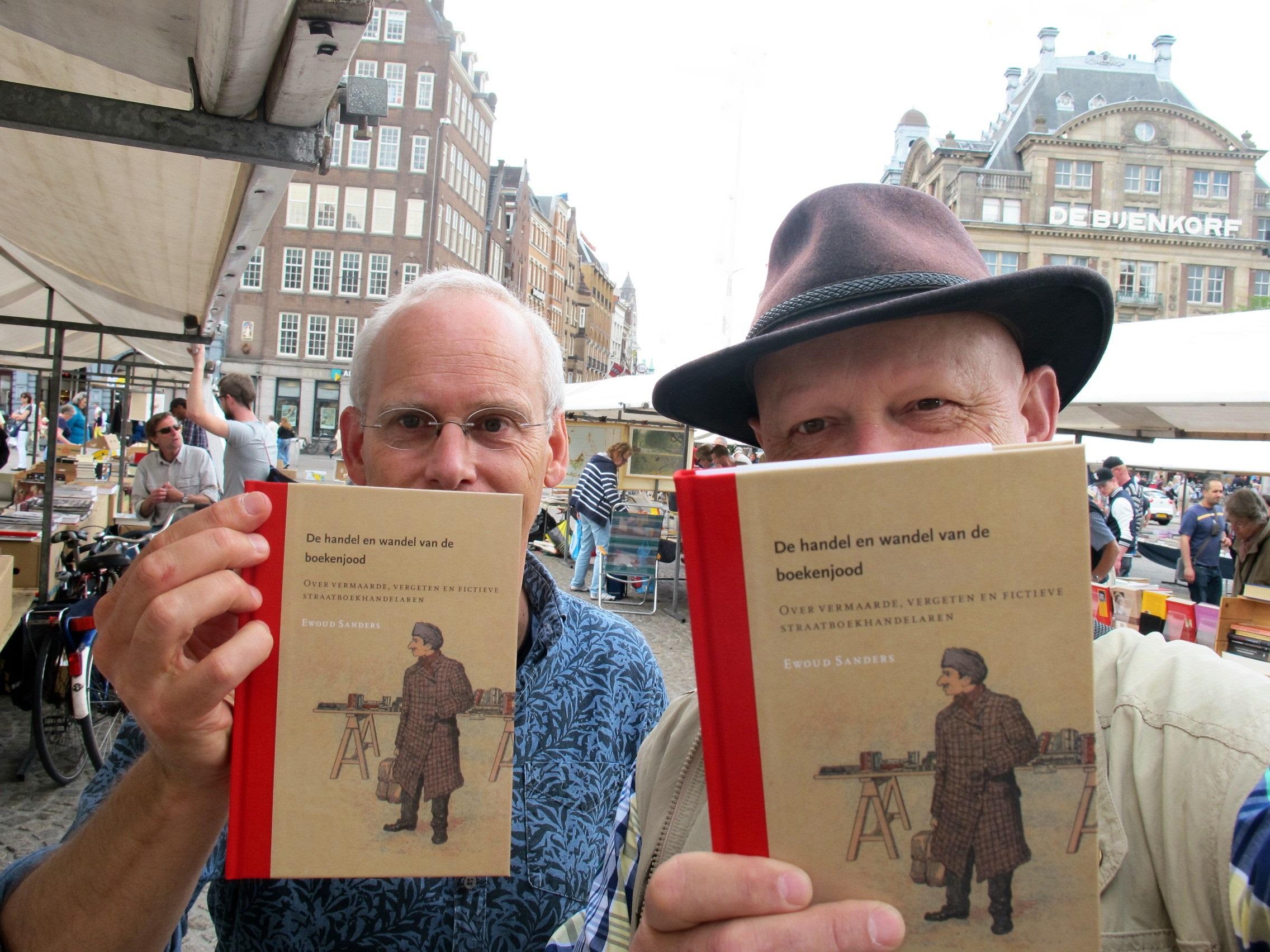 Ewoud Sanders (links) en Perkamentus Antiquarius bij de presentatie van het boek 25 mei 2014 op boekenmarkt van de Dam in Amsterdam