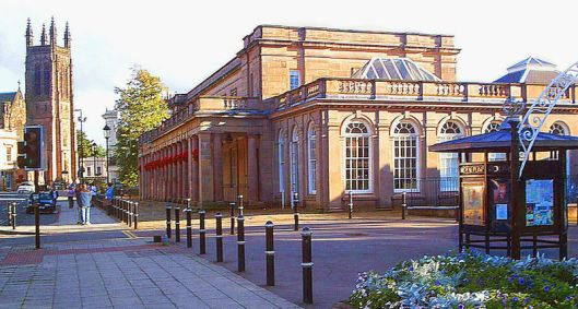 De 'Royal Pump Rooms' vandaag de dag met links op de achtergrond de anglicaanse All Saints Church