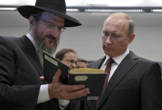 President Putin bekijkt een boek uit de Schneerson collectie
