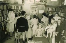 Interieurfoto uit circa 1950 van r.k. openbare leeszaal en bibliotheek, Wilhelminplantsoen 11, Bussum
