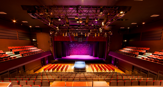 De prachtige zaal van het Royal Spa Center, aangewend voor toneelvoorstellingen, muziekuitvoeringen en allerlei publieksevenementen