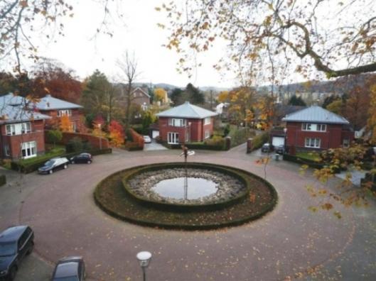 Het Stiena Ruyperspark, vernoemd naar de eerste vrouwelijke wethouder van Valkenburg. Ter hoogte van de twee pilaren bij uitrit stond rechts daarvan het poorthuisje van Geerlingshof