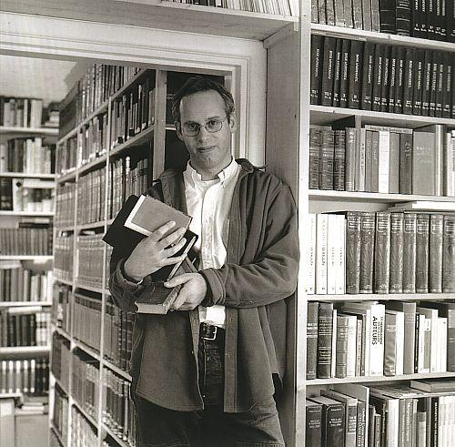 Ewoud Sanders in zijn privébibliotheek (foto door Frans van Ameijde/cubra)