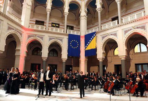Muziekuitvoering bij de opening van de heropgebouwde monument