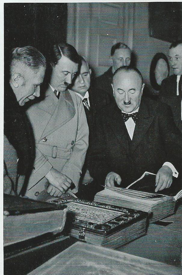 Bezoek van Adolf Hitler aan de Bayerische Staatsbibliothek in München op 7 januari 1936.