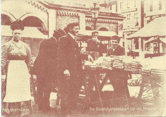 Straathandelaren met boeken op de Nieuwmarkt in Amsterdam