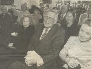 Foto van Jur Engelschor in het Haarlems Dagblad van 7-10-1999 bij gelegenheid van uitreiking van de Laurens Janszoon Costerprijs in de Gravenzaal van het stadhuis Haarlem. Links van een glunderende Kees Fens zijn vrouw Uta Fens-Janssens Knorsch
