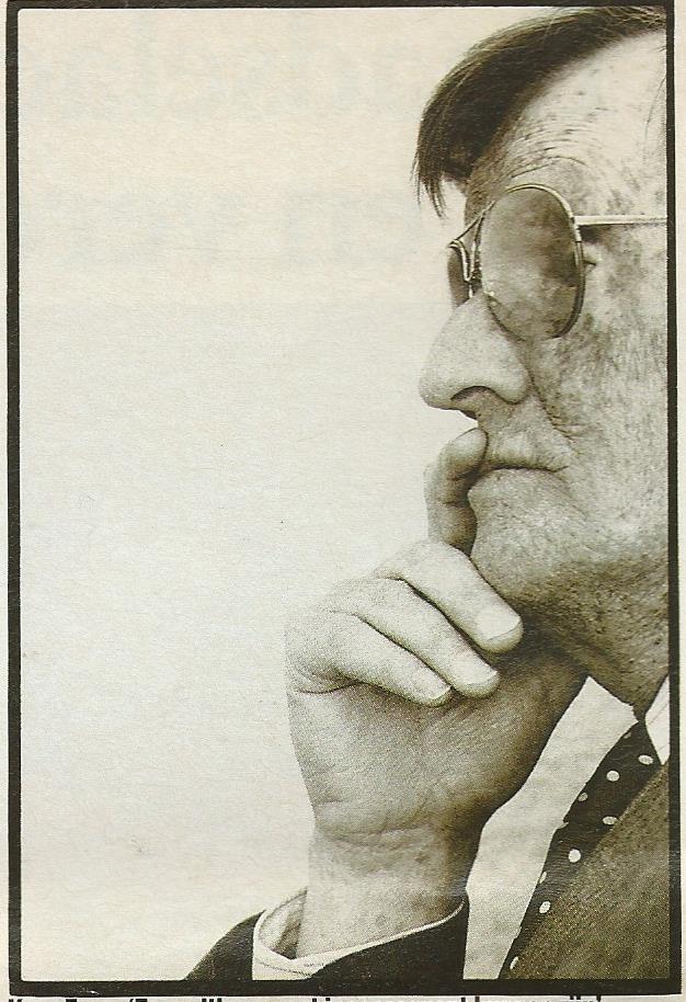 Foto van Kees Fens uit: Elsevier van 17-10-1992 bij een interview van Doeschka Meijsing: 'Literatuur wordt entertainment; Kees Fens en het lijden van de schrijver.'