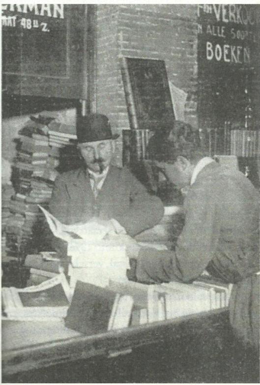 Barend Boekman bij zijn winkelkast in de Oudemanhuispoort