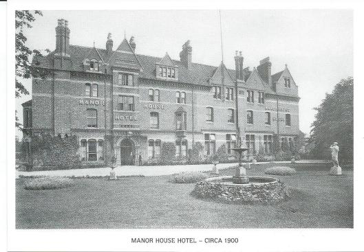 Het Manor House Hotel, opgericht in 1743 bevindt zich aan de Avenue Road in Leamington Spa. Hier op een ansichtkaart uit circa 1990 (reproduced from the local history collection of Leamington Library)