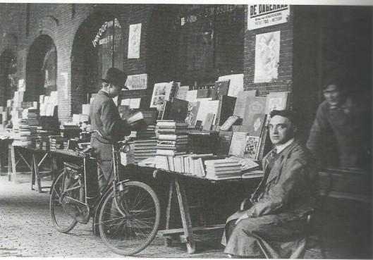 De boekenstal van Sal Mossel (1881-1942) in de Oudemanhuispoort (foto uit het album gemaakt bij gelegenheid van het 300-jarig bestaan van de Universiteit van Amsterdam, 1932).