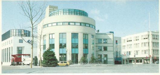 De bibliotheek van Heerlen was vanaf 1984 met de stadsgalerij gevestigd op het adres Raadhuisplein (gezamenlijk ontwerp van ir. J.Coenen, Eindhoven en Merkens, Hoensboek