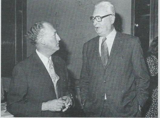 Deze foto van G.A.van Riemsdijk ,rechts, in gesprek met de heer Akkermans van het ministerie van CRM is in 1974 gemaakt bij het tweede lustrum van de Bibliotheek- en Documentatie Academie (BDA) en is geplaatst bij  'Kèrel', in: het boek 'Karakters' uit 1994