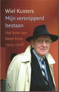 Voorzijde van stofomslag voor het boek: 'Mijn versnipperd bestaan. Het leven van Kees Kees Fens 1929-2008', geschreven door Wiel Kusters