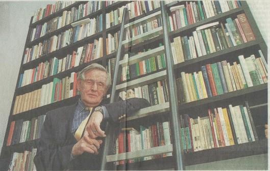 Kees Fens, Nederlands bekendste en meest geliefde criticus. Foto van Kees Fens in zijn Amsterdamse grachtenhuis door George Verberne, verschenen bij een artikel in het Haarlems Dagblad bij gelegenheid van toekenning van de Laurens Janszoon Costerprijs, 5-10-1999.