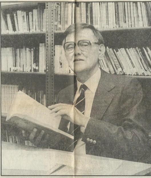 """Illustratie Van Kees Fens in de bibliotheek van het Triniteitslyceum Haarlem, bij een artikel van Joke Linders-Nouwens: 'Het dualisme van Kees Fens; """"Ik heb nooit ergens helemaal bij willen horen"""" , gepubliceerd in het Haarlems Dagblad van 14 november 1984."""