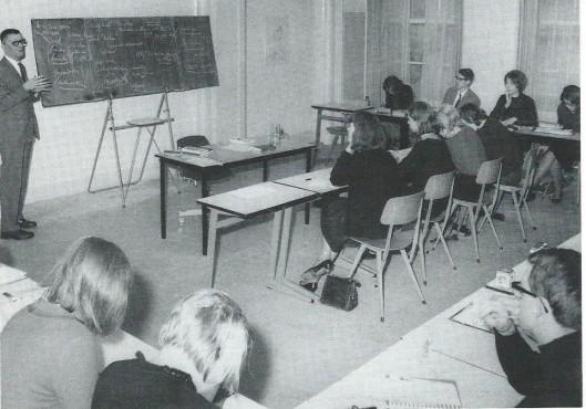 Kees Fens voor de klas op een foto uit 1966. Directeur G.A.van Riemsdijk van de Bibliotheek- en Documentatieschool Amsterdam was zzer in zijn nopjes dat hij in 1964 Kees Fens als docent voor Nederlandse letterkunde en westerse cultuurgeschiedenis had kunnen aantrekken.