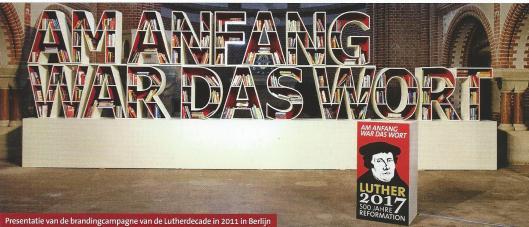 Boekenkast in de vorm van 'AM ANFANG WAR DAS WORT', motto van 500 jaar Reformatie. Berlijn, 2011