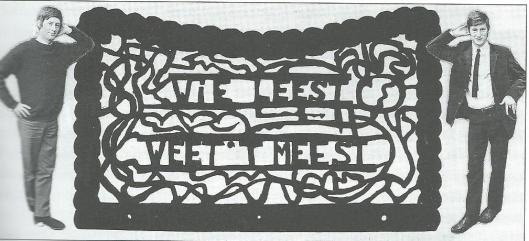 Collagefoto van de broers Han en Henk van Gessel met tussen hen een houtsnijwerk: 'Wie leest weet 't meest' (Uit: Jaarboek 2000 van Stichting Reünisten Hageveld)