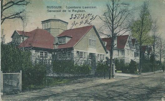In de jaren '20 tot '40 van de vorige eeuw verschenen circa 10 prentbriefkaarten met een afbeelding van de Bussumse bibliotheek, o.a. bovenstaande ansicht uit 1930