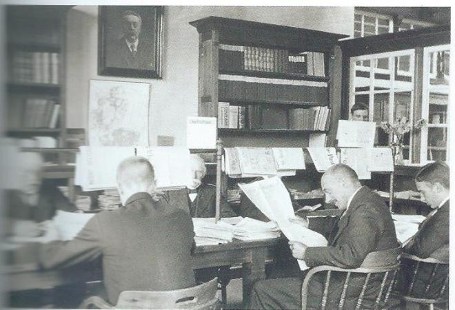 Drukte in de krantenzaal van de bibliotheek in de Generaal de la Reylaan omstreeks 1935