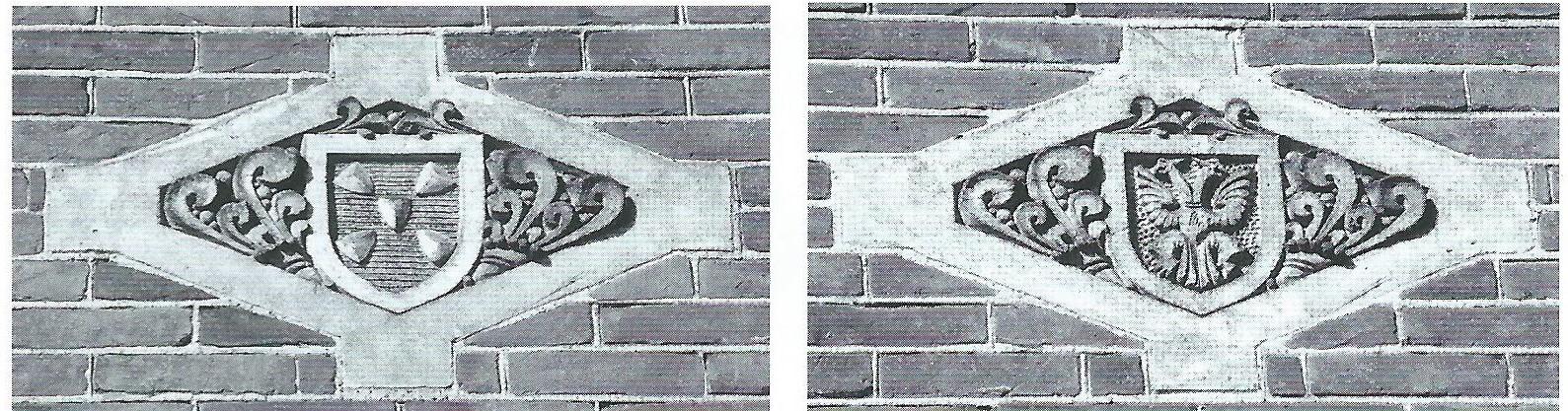 Links gevelsteen met wapen van Bussum in het oude bibliotheekgebouw, rechts op de gevel boven de ingang. Rechts: gevelsteen met gemeentewapen van Naarden, links op de gevel boven ingang (coll. Historische Kring Bussum)