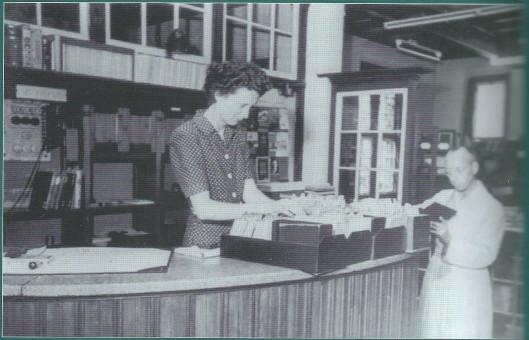 Mj. M.Hildebrandt, eerste bibliotheekdirecteur van Naarden-Bussum, in 1914 gefotografeerd bij dde uitleenbalie (coll. HKB)